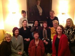 Stifterne av Norges kvinnelobby foran portrettet av Gina Krog