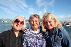 Arna Meisfjord, Berit Ås og Kjersti Kvalvik er valgkomité i Kvinneuniversitetet i Norden, og hadde møte ved småbåthavna i Sandnessjøen torsdag.